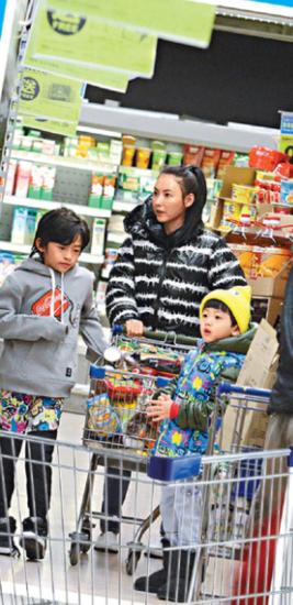 张柏芝素颜带两子逛超市